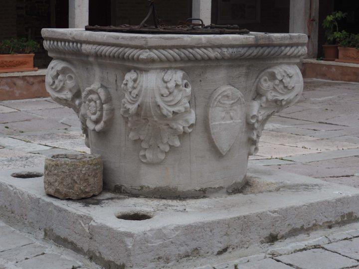 Brunnenkranz im Kreuzgang