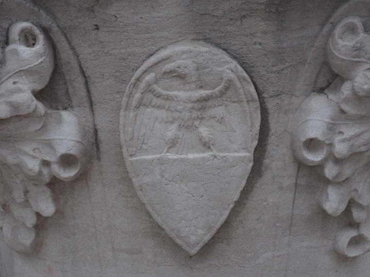 Wappen Famile Arimondo auf dem Brunnenkranz