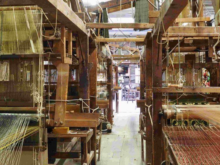 eine doppelte Reihe von venezianischen hölzernen Webstühlen und im oberen Bereich Jacquardwebstühlen