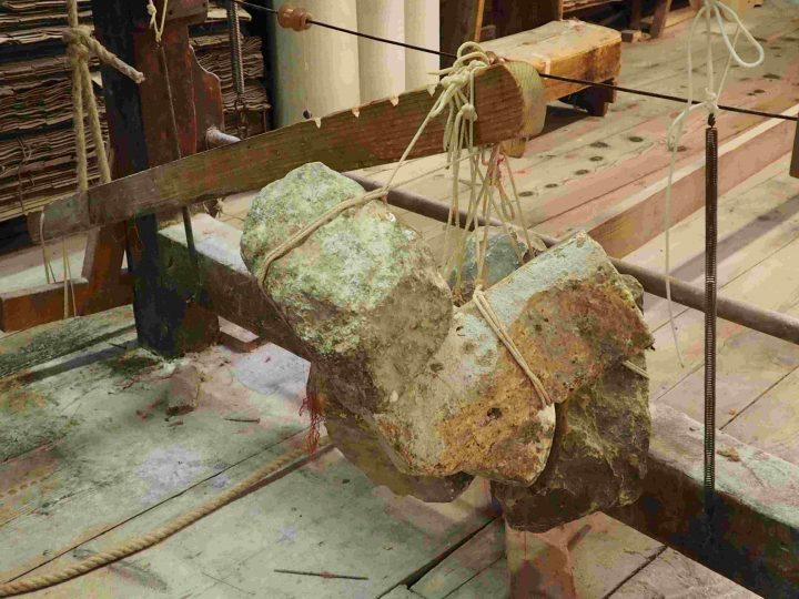 Steine, um die Fäden straff zu halten