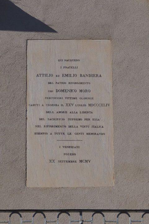 targa sulla facciata di Palazzo Soderini che ricorda i fratelli Attilio ed Emilio Bandiera