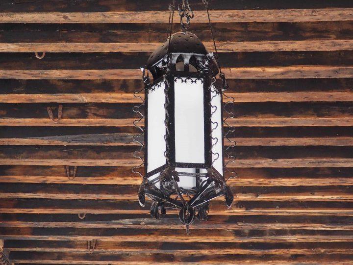 una delle lampade in ferro battuto di Umberto Bellotto
