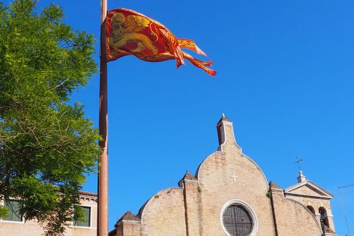 dettaglio della facciata della Chiesa di San Giovanni Battista in Bragora