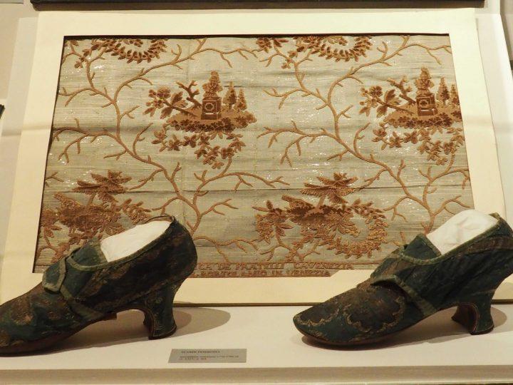 scarpa femminile con tomaia in seta