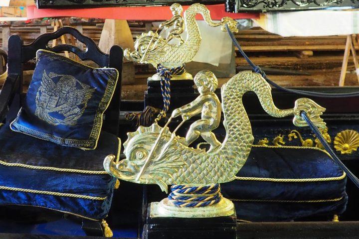 die Seepferdchen aus Bronze mit Puttos
