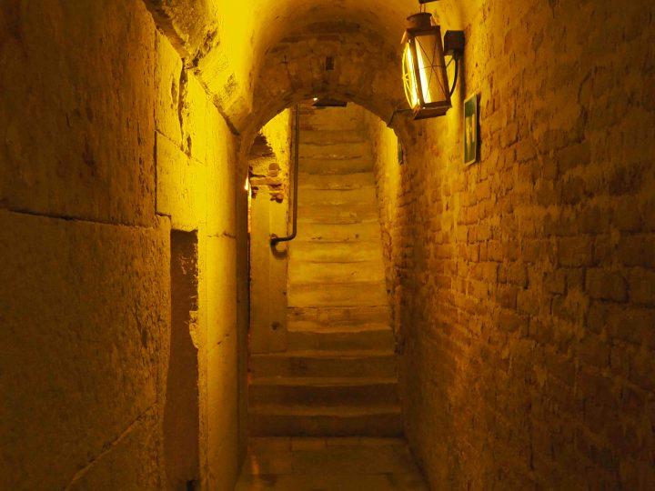 enge Durchgänge und steile Treppen