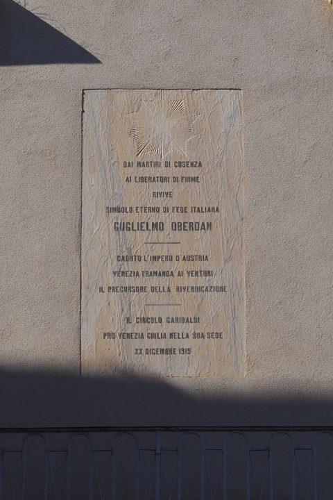 targa sulla facciata di Palazzo Soderini che ricorda Guglielmo Oberdan