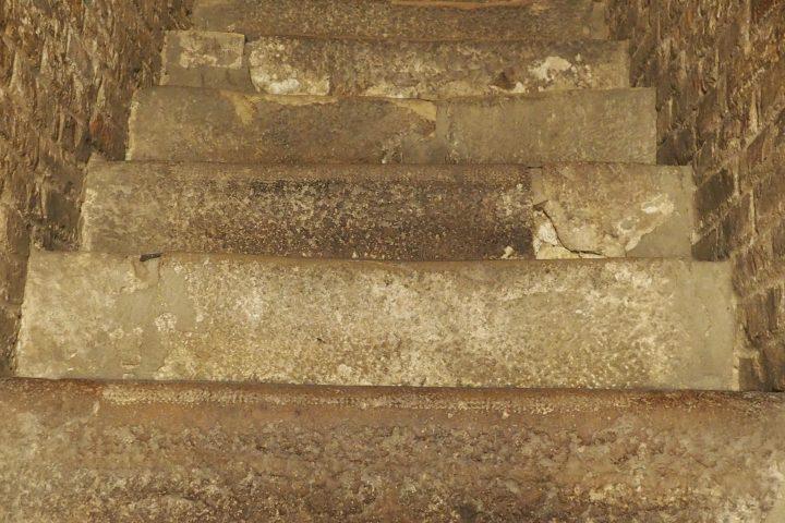 die alten, steilen Stufen