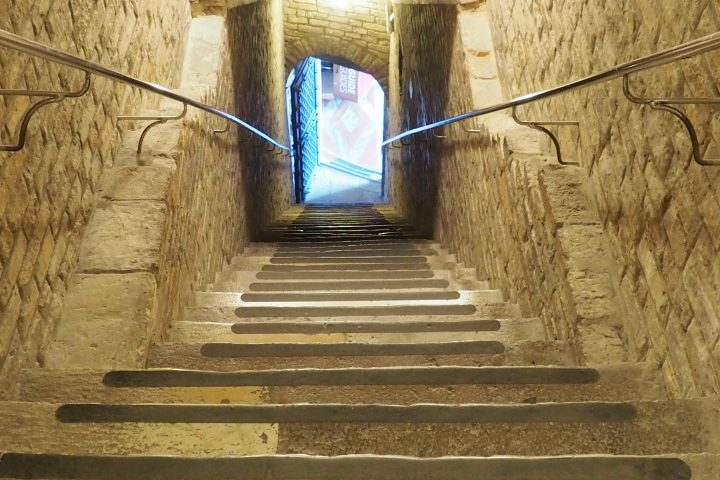 steile Stufen nach unten