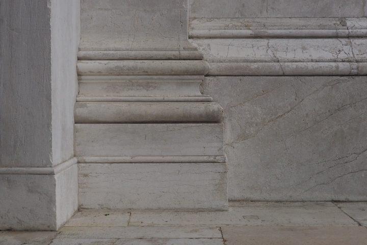 dettaglio della scansione di basamenti in facciata
