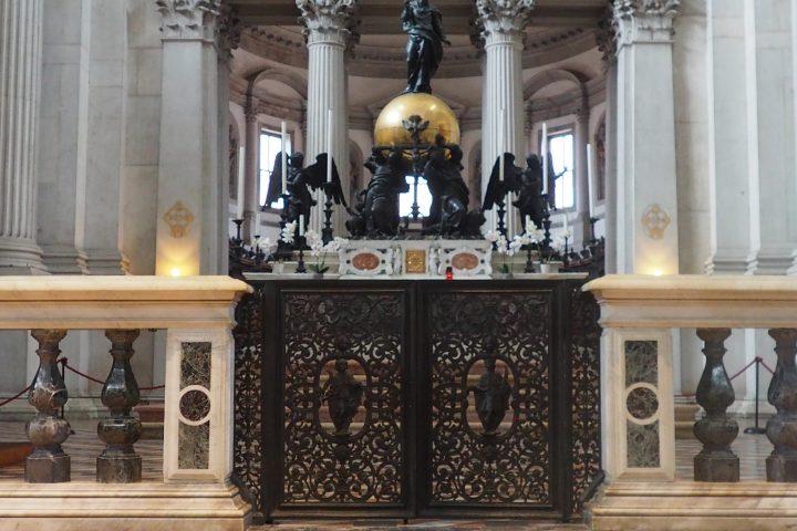 altare maggiore con la Santa Trinità
