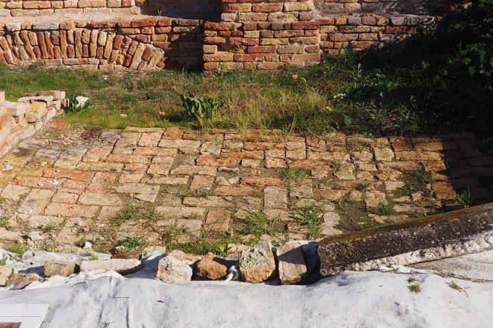 Spuren von Häusern mit einem WC und Küche im EG