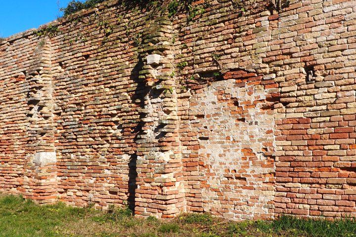 an vielen Stellen am Mauerwerk sind die unterschiedlichen Backsteine zu erkennen