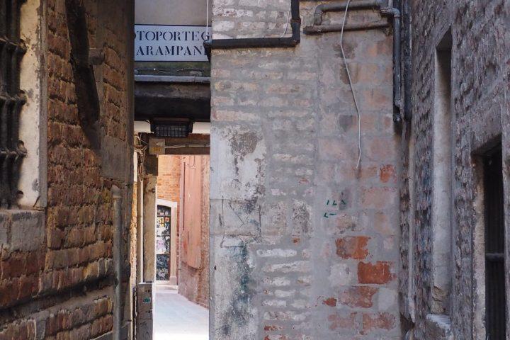 calle che conduce al sotoportego de le carampane