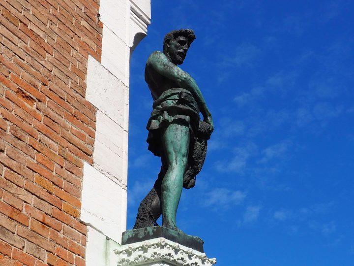 statua di San Pietro all'angolo della Pescaria firmata Laurenti