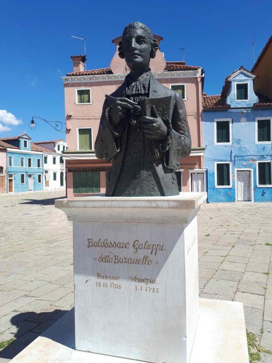 Baldassare Galuppi, Statue aus Bronze von Remigio Barbaro, auf dem Hauptplatz von Burano
