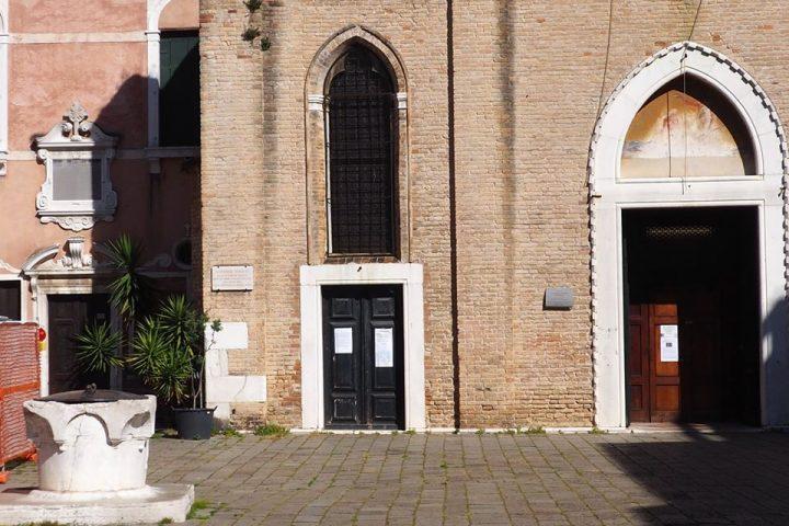 dettaglio della facciata della Chiesa di San Giovanni Battista con lapide che ricorda Antonio Vivaldi
